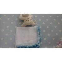 gasa bebé con croche blanca y turquesa